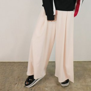 <img class='new_mark_img1' src='//img.shop-pro.jp/img/new/icons14.gif' style='border:none;display:inline;margin:0px;padding:0px;width:auto;' />AULA AILA SLIT PANTS