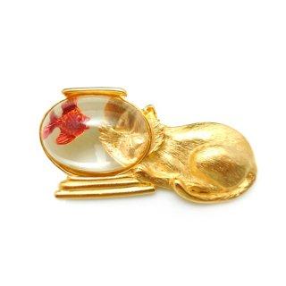 【アウトレット】JJ(ジェイジェイ)☆金魚がびっくり!金魚鉢をのぞく猫のヴィンテージ・ブローチ【ゴールド】