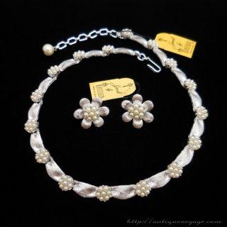 TRIFARI(トリファリ)☆Birthday パールの小花のシルバー ネックレスとイヤリングのセット/デミパリュール