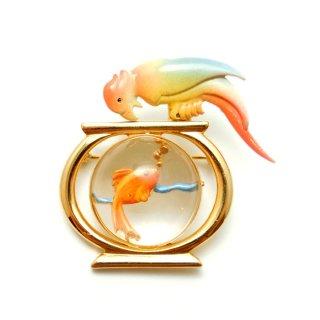 【激レア】GOLD CROWN(ゴールド・クラウン)☆金魚鉢の上で金魚とにらめっこオウムのヴィンテージ・ブローチ
