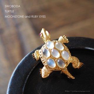 SWOBODA(スワボダ)☆天然石ムーンストーンとルビーの瞳  亀のヴィンテージ・ブローチ【デッドストック】