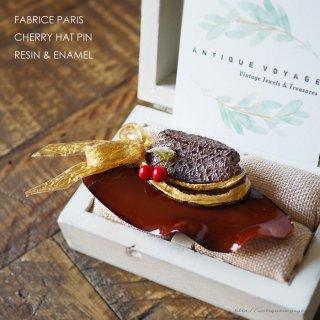 【レア】FABRICE PARIS(ファブリス・パリ)☆レジン エナメルブラウン x ゴールド チェリーの飾りがついたつばの大きな帽子のヴィンテージ・ブローチ
