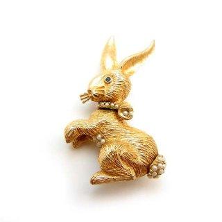 CINER(サイナー)☆首にリボンをつけたパールのウサギのブローチ