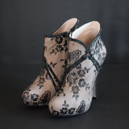 <img class='new_mark_img1' src='https://img.shop-pro.jp/img/new/icons50.gif' style='border:none;display:inline;margin:0px;padding:0px;width:auto;' />RENE CAOVILLA LACE SWAROVSKI BOOTEE