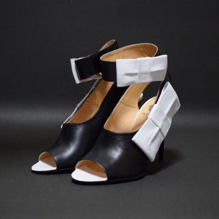 <img class='new_mark_img1' src='//img.shop-pro.jp/img/new/icons50.gif' style='border:none;display:inline;margin:0px;padding:0px;width:auto;' />VIKTOR&ROLF RIBBON SANDAL