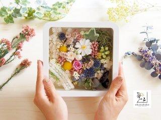 《お花とカラーのパワーを感じる》くすみピンクのバラと、深いブルーのアザミと温かいイエローのビリーボタンのお花箱