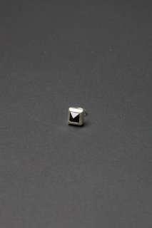 TEARS OF SWAN-ONYX TINY PYRAMID STUDS PIERCE(受注生産)