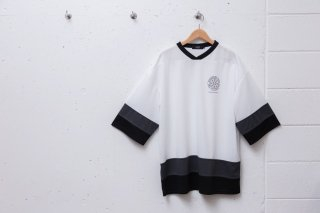 <img class='new_mark_img1' src='//img.shop-pro.jp/img/new/icons5.gif' style='border:none;display:inline;margin:0px;padding:0px;width:auto;' />SMALL MAGIC CIRCLE HOCKEY SHIRT (WHITE)