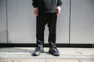 <img class='new_mark_img1' src='//img.shop-pro.jp/img/new/icons5.gif' style='border:none;display:inline;margin:0px;padding:0px;width:auto;' />SATIN SIDE SEAM TROUSER(BLACK)