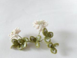 白詰草のブローチ