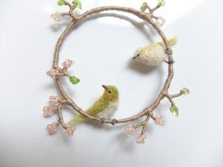 春の枝にとまるメジロとウグイスのブローチ