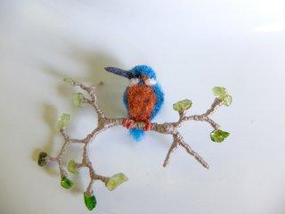 青葉とカワセミのブローチ