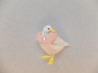 ベビーピンクのマフラーを巻いたアヒルのブローチ