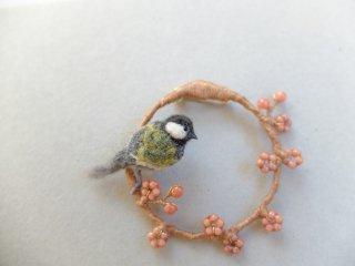 梅とシジュウカラのブローチ