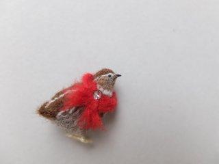 赤色マフラーを巻いたウズラのブローチ