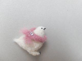 桃色のマフラーを巻いた雷鳥のブローチ
