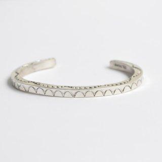 【NAVAJO  Jewelry】ナバホジュエリー スターリングシルバースクエアナロースタンプバングル Tahe 1