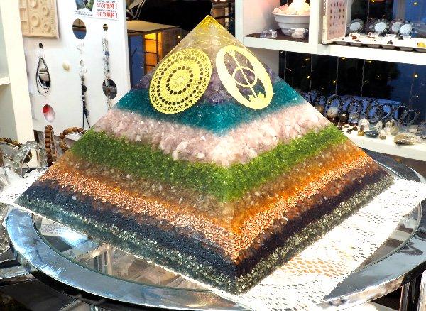 浄化アイテム<br>7 wishes のオルゴナイト・ピラミッド(チャクラストーン特大サイズ)<br>ヒマラヤ水晶・アメジスト・アパタイト・アパタイト・ローズクォーツ・ペリドット・シトリン・純銅・他