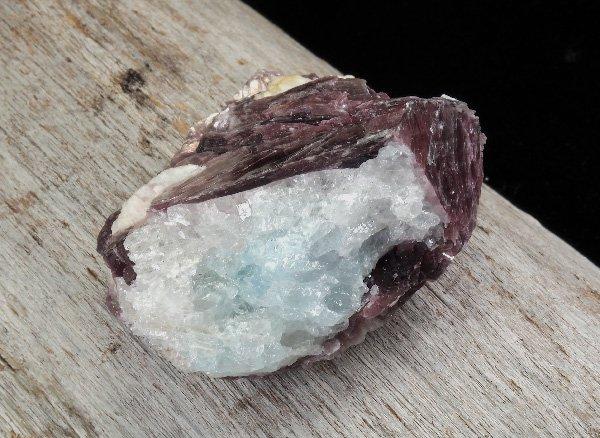 原石<br>レピドライト イン アクアマリンの結晶<br>ブラジル・ミナスジェライス州バーラ・デ・サリナース産