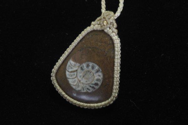 ★手作りマクラメ編みネックレス!!<br>アンモナイトの化石のネックレス首回り:最大約80cm