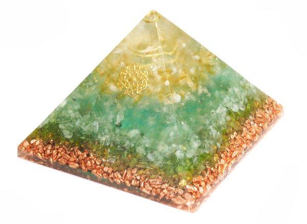 浄化アイテム<br>7 wishes のオルゴナイト・ピラミッド<br>ヒマラヤ水晶・シトリン・プレナイト・ペリドット・純銅