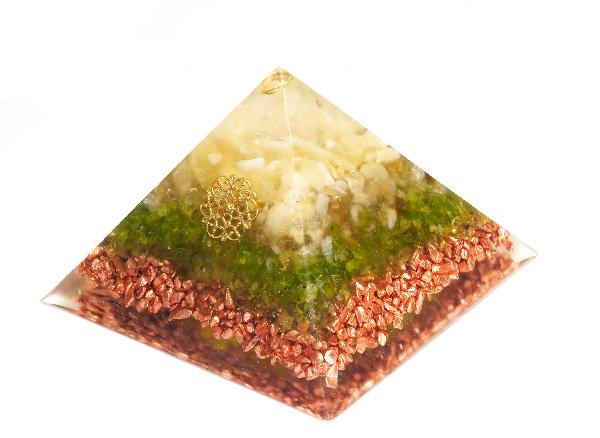 浄化アイテム<br>7 wishes のオルゴナイト・ピラミッド(Sサイズ)<br>ヒマラヤ水晶・アラゴナイト・ルチルクォーツ・ペリドット・純銅