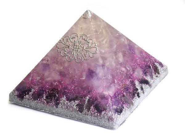 浄化アイテム<br>7 wishes のオルゴナイト・ピラミッド<br>ヒマラヤ水晶・ラベンダーアメジスト・アメジスト・シリウスアメジスト・アルミニウム