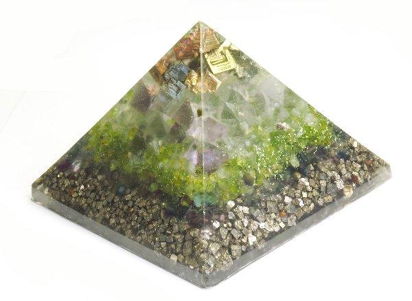 浄化アイテム<br>7 wishes のオルゴナイト・ピラミッド<br>ビスマスの結晶・ヒマラヤ水晶・フローライト八面体結晶・プレナイト・ペリドット・レインボーフローライト・パイライト