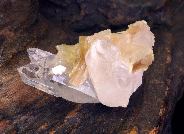 原石<br>水晶クラスター、モスコバイト(スター雲母)の結晶が共生<br>ブラジル・ミナスジェライス州・コロネルムルタ産