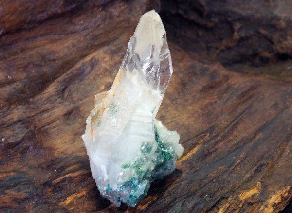 原石<br>クリスタル水晶のポイント※クローム雲母共生<br>ブラジル・ミナスジェライス州カペリーナ産