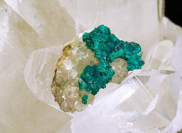 原石<br>ダイオプテーズの母岩付き結晶<br>カザフスタン・カラガンダ州アルテュン=チュベ銅山キルギスステップ産