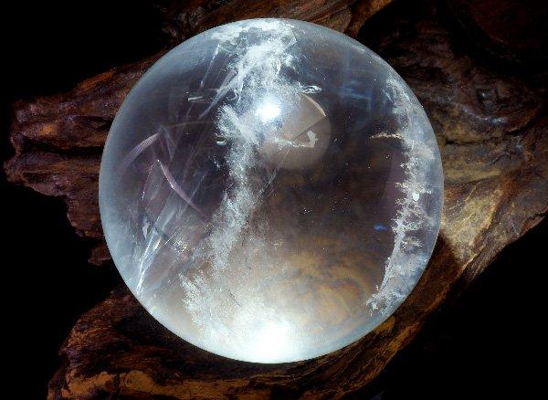 丸玉<br>クレパスキュラークォーツ(エンジェルラダークォーツ)のスフィア 直径:約87mm<br>マダガスカル産