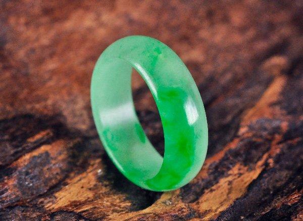 グリーンの発色が素敵な原石リング!!<BR>ジェダイド翡翠のリング2.5号<br>ミャンマー産