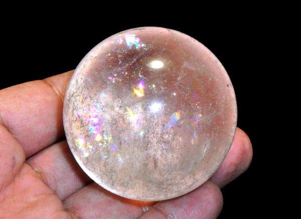 原石<br>細かい水晶の中の気泡(?)と虹の世界が神秘的なレインボー水晶・スフィア(丸玉)<br>ブラジル・ミナスジェライス州産