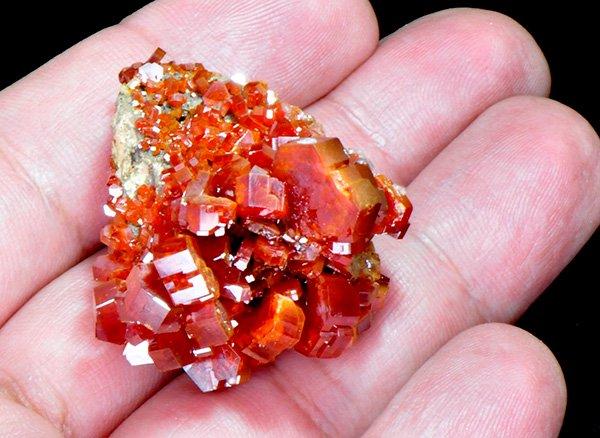 原石<br>美しすぎる真っ赤なバナジナイトの結晶<br>モロッコ産