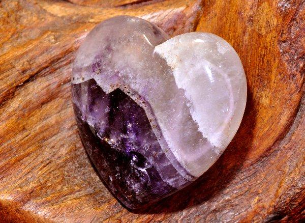 原石<br>オーラライト23のハート型タンブル<br>カナダ不思議の洞窟(cave of wonders)産