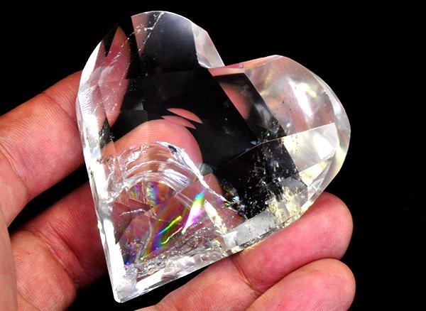 原石<br>美しすぎるレインボー水晶・ハートカット<br>ブラジル・ミナスジェライス州アキンフェリシオ・セラ・デ・カブラル産