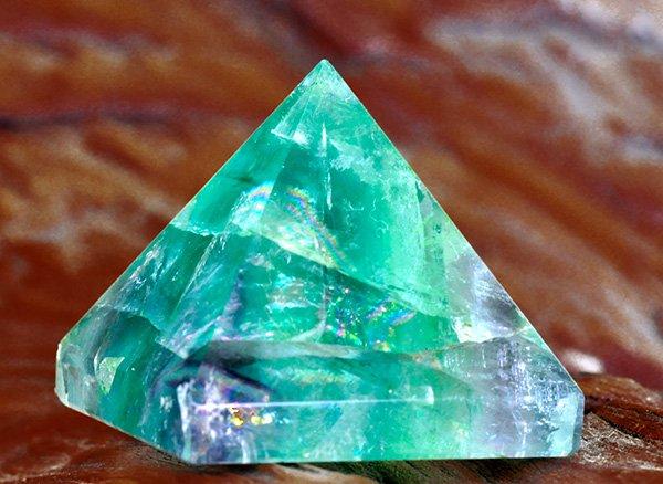 原石<br>美しすぎるレインボーフローライトのピラミッド<br>中国産