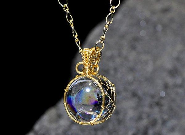 極上のアイリスを胸元に!!<br>美しすぎるレインボー水晶のスフィア約20mmSA ワイヤーペンダントネックレス!!<br>ブラジル・バーイア州産