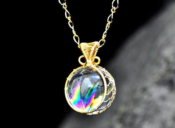 極上のアイリスを胸元に!!<br>美しすぎるレインボー水晶のスフィア約21mmSA ワイヤーペンダントネックレス!!<br>ブラジル・バーイア州産