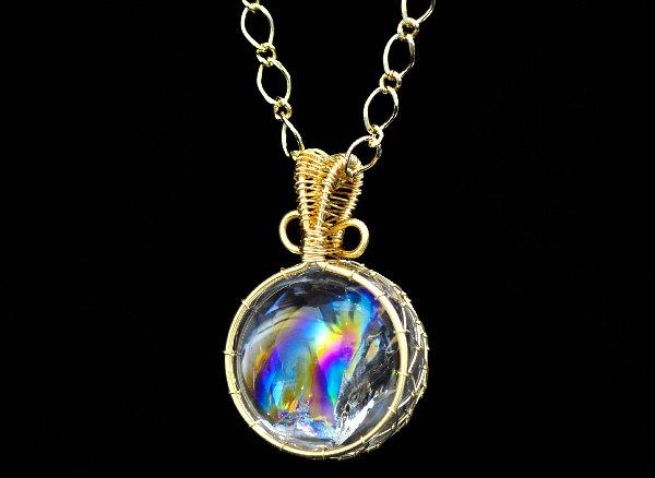 極上のアイリスを胸元に!!<br>美しすぎるレインボー水晶のスフィア約22mmSA ワイヤーペンダントネックレス!!<br>ブラジル・バーイア州産