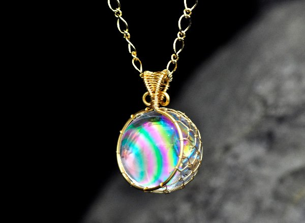 極上のアイリスを胸元に!!<br>美しすぎるレインボー水晶のスフィア約23mmSA ワイヤーペンダントネックレス!!<br>ブラジル・バーイア州産