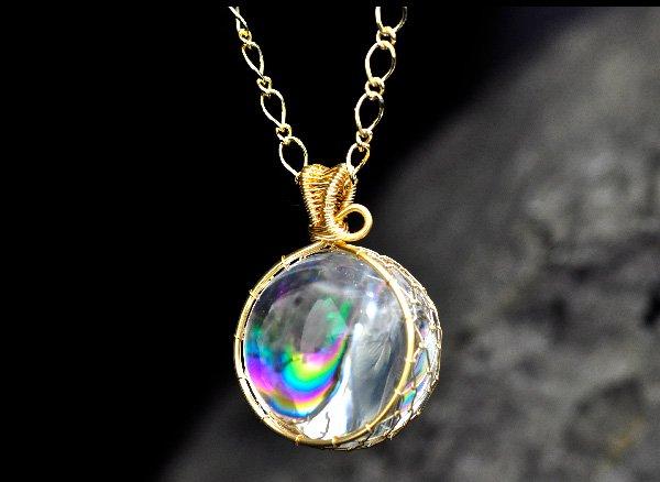極上のアイリスを胸元に!!<br>美しすぎるレインボー水晶のスフィア約25mmSA ワイヤーペンダントネックレス!!<br>ブラジル・バーイア州産