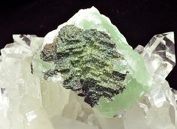 原石<br>キャルコパイライト(チャルコパイライト) オン フローライト<br>モロッコ産