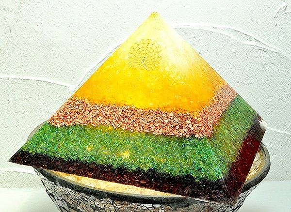 浄化アイテム<br>7 wishes のオルゴナイト・ピラミッド(大型サイズ)<br>レインボー水晶・ヒマラヤ水晶・シトリン・純銅・ペリドット・ガーネット