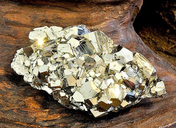 原石<br>パイライトの結晶(黄鉄鉱)<br>ペルー・リベルタ産